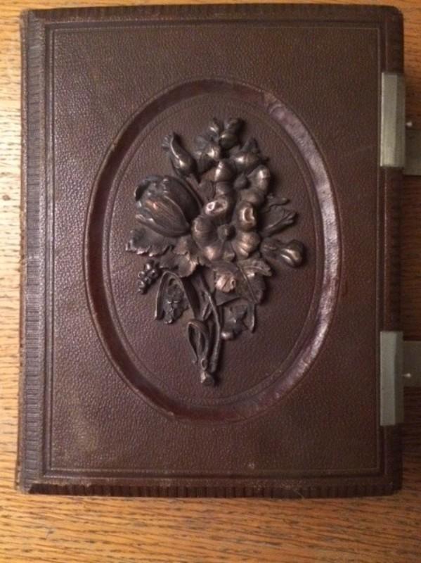 Buch als Tresor Prächtiger dunkelbrauner Ledereinband mit geprägtem Blumenmotiv ohne Inhalt